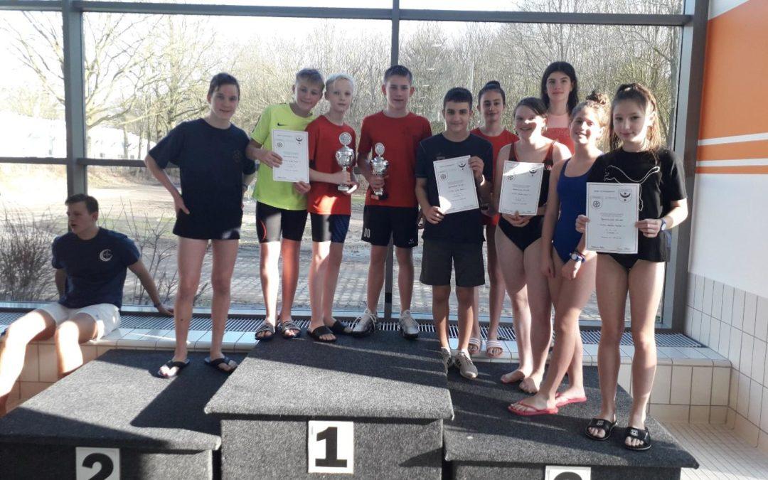 Phänomenales Jahnschwimmen: Viel Spaß, Bestzeiten und zwei nagelneue Pokale